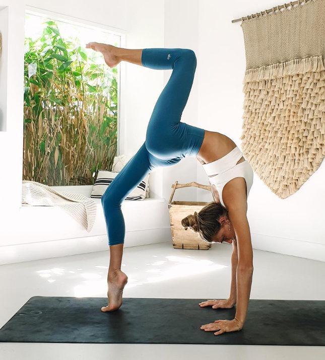 Йога для начинающих видео уроки в домашних условиях