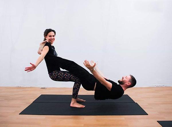 Тренировки по парной йоге